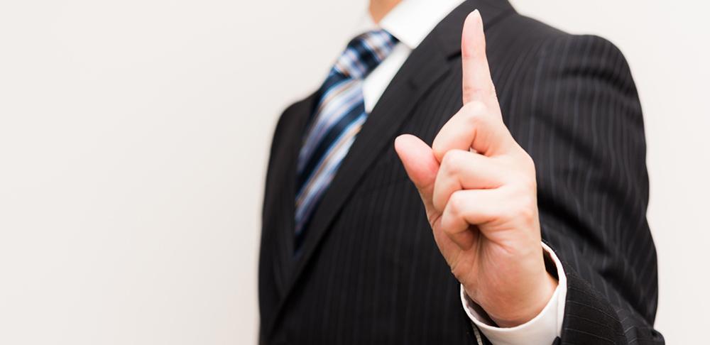 HP制作会社の選び方について解説する男性