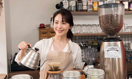 地元のカフェで働く女性